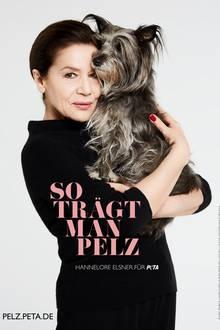 """Hannelore Elsner ist eine Ikone des deutschen Films. Für ihre authentischen Darstellungen hat die Schauspielerin schon mehrfach Auszeichnungen erhalten. Nun setzt die Akteurin ein Zeichen und macht sich für die Tiere stark. """"Tiere für Pelz zu töten, ist nicht gerechtfertigt"""", so Hannelore Elsner. Für die aktuelle """"PETA""""-Kampagne posiert sie mit einem süßen Hund. Der ironische Slogan: """"So trägt man Pelz"""""""