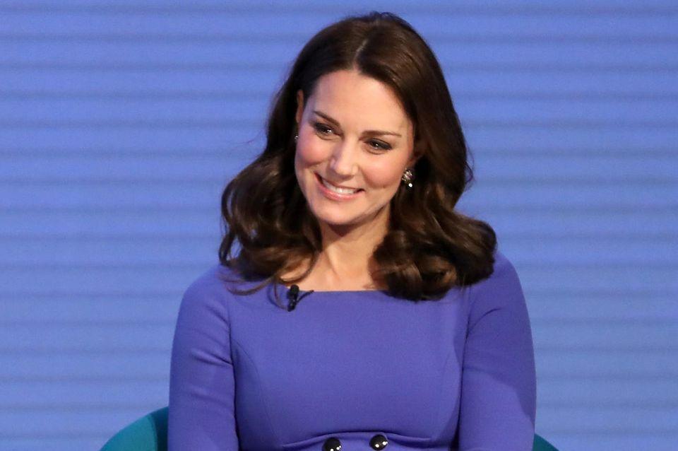 Im blauen Kleid mit Taillierung betont Herzogin Catherine beim ersten Royal Foundation Forum ihren hübschen Babybauch und beweist darin, wie bescheiden sie doch ist. Der Einteiler von Seraphine kostet lediglich 110 Euro. Außerdem ...