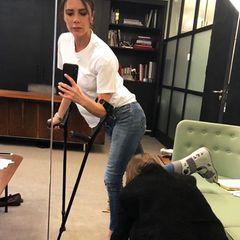 Was ist denn da los? In ihrer Instagram-Story zeigt sich Designerin Victoria Beckham auf Krücken beim Meeting für neue Schuhdesigns. Auf nur einem Bein probiert sie Pumps an und klärt mit einem weiteren Foto auf