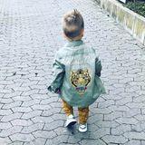 30. September 2017  Lässig tapst der kleine Alessio in seinem coolen Outfit durch die Straßen. Die stolze Mama Sarah Lombardi hält diesen Schnappschuss auf ihrem Instagram-Account fest.