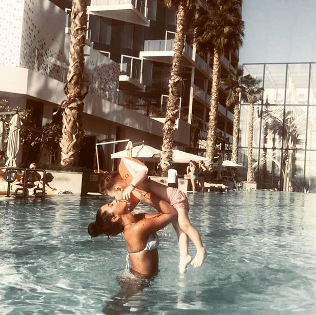 28. Februar 2018  Sarah Lombardi und Söhnchen Alessio verbringen gerade eine schöne Zeit im warmen Dubai. Im Pool haben die beiden viel Spaß.