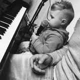 23. Dezember 2017  Ganz wie der Papa. Alessio scheint großes, musikalisches Interesse zu haben. Pietro gibt dem Kleinen Musikstunde.