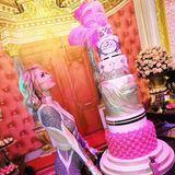 Extrem, extremer, Paris! Zu ihrem 37. Geburtstag lässt sich die Blondine mit einer riesengroßen rosafarbenen Glitzertorte feiern.