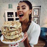 Yummie, die Torte sieht aber auch zum Anbeißen aus. Stefanie Giesinger kann sich selbst kaum zurückhalten, in das süße Prachtstück aus Karamell und Schokolade zu beißen.