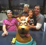 """Da strahlen nicht nur die Kerzen. Happy Birthday Apollo! Der jüngste Rossdale Spross feiert seinen vierten Geburtstag. Die Torte für den Kleinen ist ein lustiger """"Scooby Doo"""" Hund."""