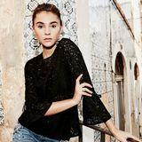 """Eine elegantere Jeans-Variante bekommt Stefanie Giesinger ganz einfach hin: Zu der klassischen Denim-Hose trägt sie ein schwarzes Spitzenoberteil mit Glockenärmeln. Besonders schick: Ihr Modell von """"Q/S designed by"""" ist an den Taschen mit Perlen bestickt."""