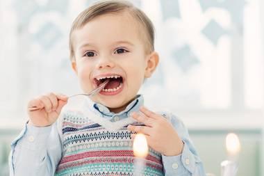 Zum Ehrentag des Sohnes von Prinzessin Victoria und Prinz Daniel veröffentlicht der Hof neue Fotos des Mini-Royals. Wie schon seine große Schwester Estelle freut sich Klein-Oscar über eine stattliche Geburtstagstorte.