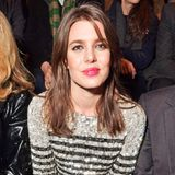 Fashion-Fan Charlotte Casiraghi hat bei der Pariser Modewoche am Laufsteg von Saint Laurent Platz genommen und sieht dabei selbst im gestreiften Wollpullover noch glamourös aus. Mit Pailletten besetzt glitzert der aber auch so richtig schön.