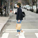 """Im entspannten Boyfriend-Look schlendert Katie Holmes durch den New Yorker Stadtteil Soho, auf dem Weg zur Kinderboutique""""Les Petits Chapelais""""."""