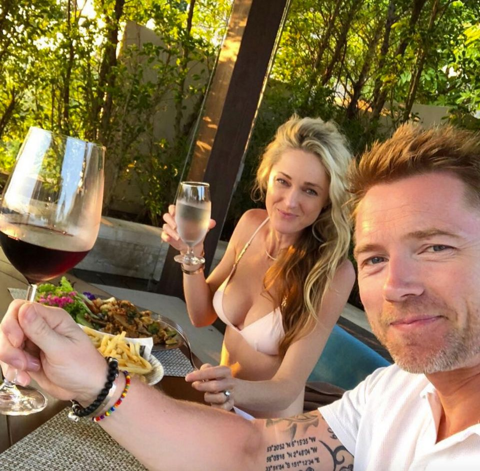 17. Februar 2018  Cheers aus Thailand. Die Keatings verbringen dort gerade ihren Familienurlaub und Ronan und Storm genießen ein gemeinsames Abendessen.