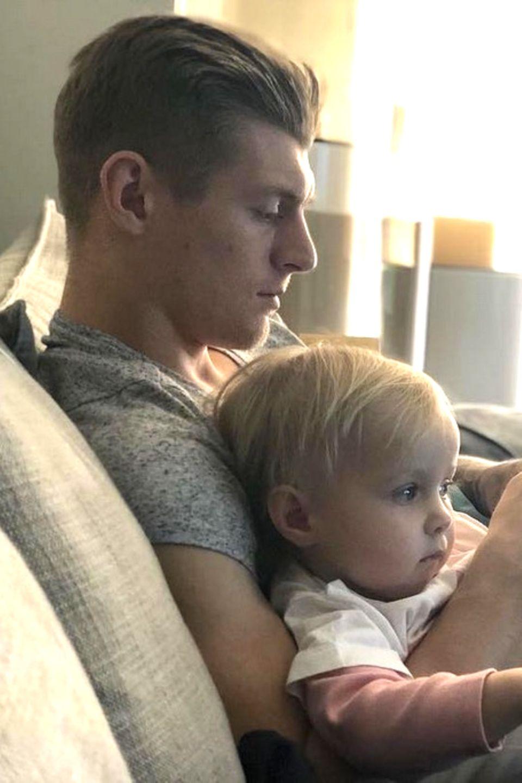 19. Februar 2018  Wie man Erholung, Familie und Social Media gleichzeitig managt zeit Toni Kroos auf diesem Foto, welches er bei Instagram postet. In seinem Arm sein kleines Söhnchen Leon.