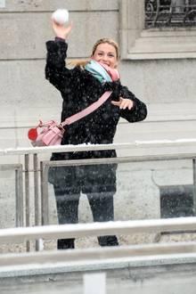 Attacke! Michelle Hunziker hat sichtlich Spaß bei einer kleinen Schneeballschlacht im verschneiten Mailand.