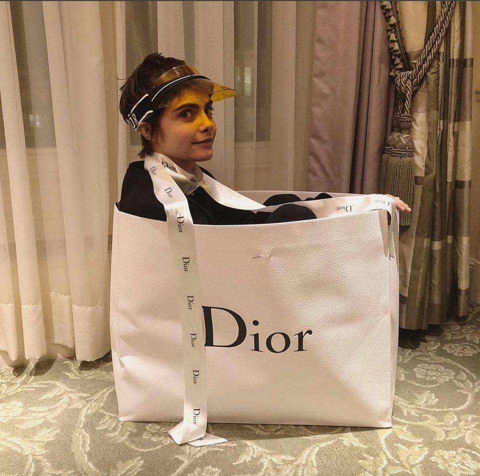 """27. Februar 2018  Dreht Cara Delevingne jetzt völlig ab? Das Model erhält bei der Paris Modewoche viele teure Geschenke des Luxuslabels """"Dior."""" Grund für die schöne Britin diese gleich mal hautnah zu testen."""