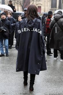 Nicht zu übersehen ist nämlich die Label-Aufschrift auf Lenas Regenmantel. Der stammt vom Pariser Konkurrenz-Label Balenciaga. Ob diese kleine Provokation wohl Absicht oder nur ein unbedachter Fauxpas war?