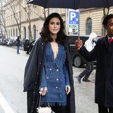 Lena Meyer-Landrut besucht die Balmain-Show während der Pariser Fashion Week in stylischen blauen Dress des Modelabels, so wie bei Star-Gästen üblich. Da Paris aber derzeit sehr verregnet ist, schützt sie das Luxus-Teil mit einem Regenmantel, und der ist nicht von Balmain.