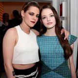 """Bei einer Chanel-Party in Los Angeles treffen sich Mackenzie Foy und Kristen Stewart wieder. Heute ist """"Renesmée"""" fast genauso groß wie ihre Film-Mutter """"Bella"""" und zu einer schönen jungen Frau herangewachsen. Mackenzie Foy ist nach wie vor als Schauspielerin tätig und kann sogar ein paar Nachwuchspreise einheimsen."""