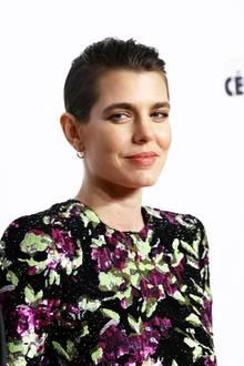 """Hat sich Charlotte Casiraghi etwa ihre langen Haare abgeschnitten? Die monegassische Schönheit versetzt so manchen Betrachter bei den """"César Awards"""" mit ihrer pfiffigen Hochsteckfrisur ins Staunen."""