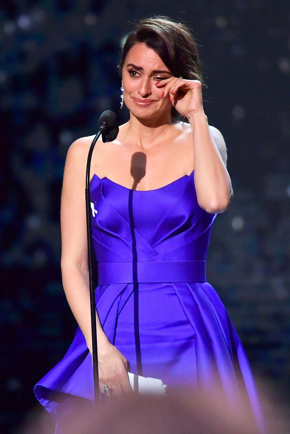 """2. März 2018  Penélope Cruz gewinnt bei den """"Cesar Film Awards"""" in Paris einen Ehrenpreis. Unter Tränen nimmt die Schauspielerin die Auszeichnung entgegen."""