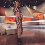 Working Mum: Annemarie Carpendale steht auch mit XL-Babykugel noch im Studio. Ihren wachsenden Bauch hüllt die Moderatorin in ein bunt-gestreiftes Kleid.