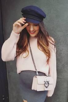 Ist das etwa ein Hinweis auf das Babygeschlecht? Johanna Klum strahlt im rosafarbenen Strickpullover, ihre Kugel passt perfekt unter den grauen Wollrock, den sie dazu kombiniert.