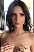 Schmucke Aussichten: Emily Ratajkowski verzichtet auf diesem Instagram-Schnappschuss (mal wieder) komplett auf Kleider, dafür funkeln die Ringe an ihren Finger umso schöner.