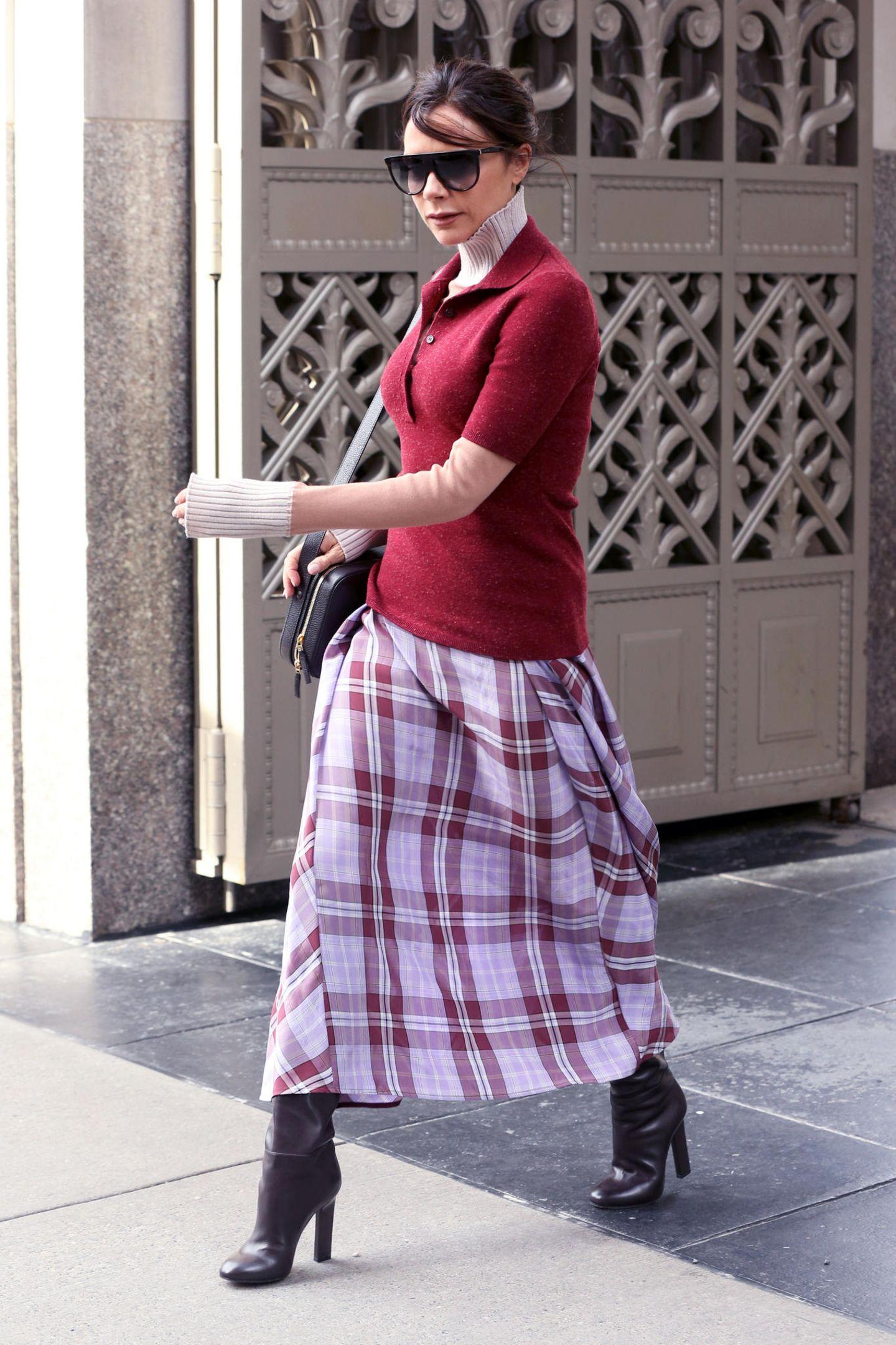 Trägt Victoria Beckham hier etwa eine Halskrause? Auf den ersten Blick könnte man das zumindest meinen. Auf den zweiten Blick erkennt man allerdings, dass es nur ihr stylischer Rollkragenpullover ist.