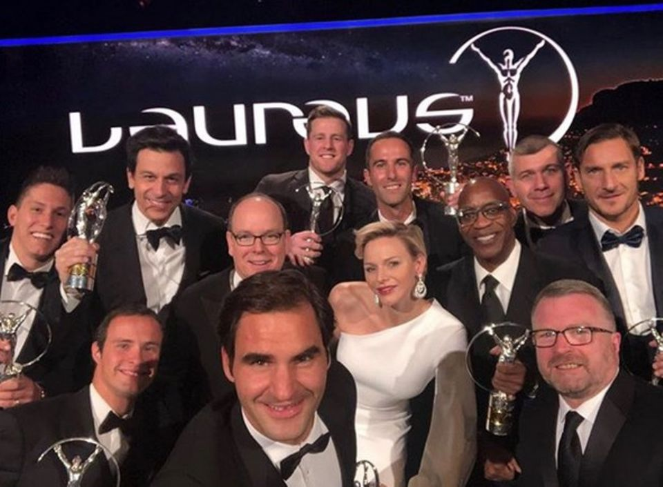 """28. Februar 2018  Dieses außergewöhnliche Erinnerungs-Selfie knipst Roger Federer bei den """"Laureus Sports Awards"""". Fürst Albert undFürstin Charlène sind auch mit von der Partie."""