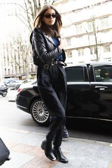 Nicht in Knallfarben, dafür mindestens genauso stylisch: Model-Kollegin Kaia Gerber, die aktuell für jeden namhaften Designer über den Laufsteg läuft.