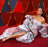 Sängerin Andra Day sind einfache Posen auf dem roten Teppich zu langweilig. Sie will den Fotografen etwas Besonderes bieten.