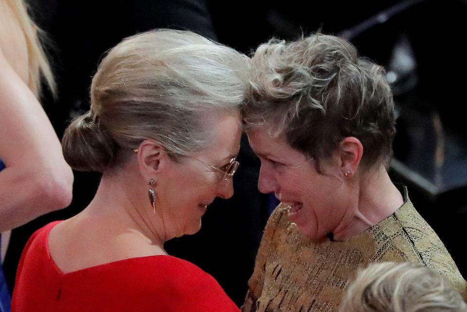 """Meryl Streep gratuliert Frances McDormand von Herzen, die an diesem Abend den Goldjungen als """"Beste Hauptdarstellerin"""" mit nach Hause nehmen kann."""