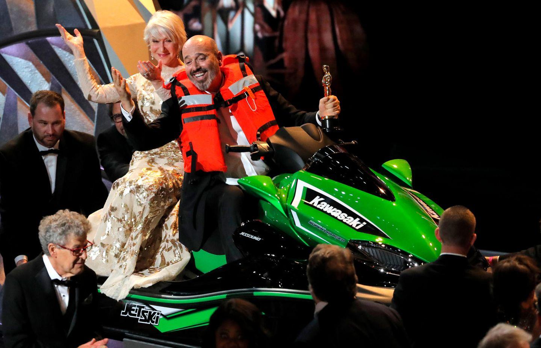 Als Ansporn die Dankesreden möglichst kurz zu halten wird ein Jetski an die kürzeste Rede vergeben. Mark Bridges kriegt seinen Preis von Helen Mirren übergeben.