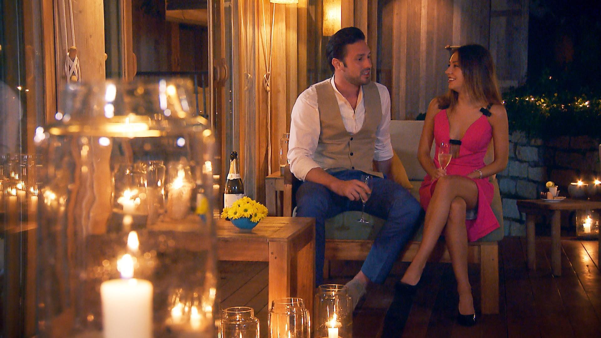 Daniel und Kristina genießen die Zeit bei einem romantischen Candle-Light-Dinner.