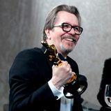 """Gary Oldman gewinnt als """"Bester Hauptdarsteller"""" und will seinen Oscar gar nicht mehr loslassen."""