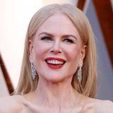 Zum royalblau leuchtendem Kleid passt Nicole Kidmans roter Lippenstift und die glatten, blonden Haare, gestylt von Kylee Heath, hervorragend.