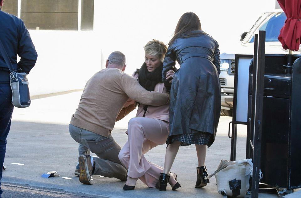 ... aber Gott sei Dank Hilfe naht. Freunde von Sharon Stone helfen der Blondine auf und verhindern damit Schlimmeres. Noch mal Glück gehabt!