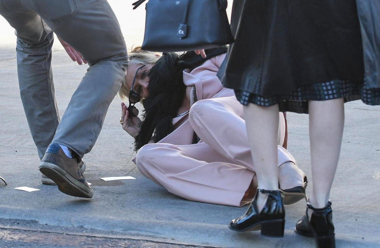 Hollywood-Ikone Sharon Stone hat ihre Lauffähigkeiten in ihren 15-cm-Stilettos offensichtlich unterschätzt. Bei einem Spaziergang durch Beverly Hills rutscht die Schauspielerin vom Bordstein...