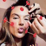 Ein bisschen Spaß muss sein: Während Alessandra Ambrosio geschminkt wird, dreht sie Videos mit witzigen Instagram-Filtern. Doch auch diese verstecken nicht, dass das Model noch in den Vorbereitungen steckt.