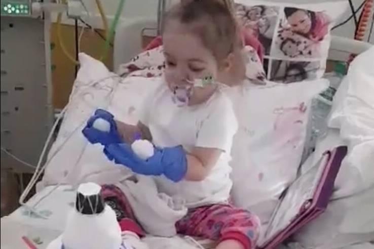 Holly im Krankenhausbett