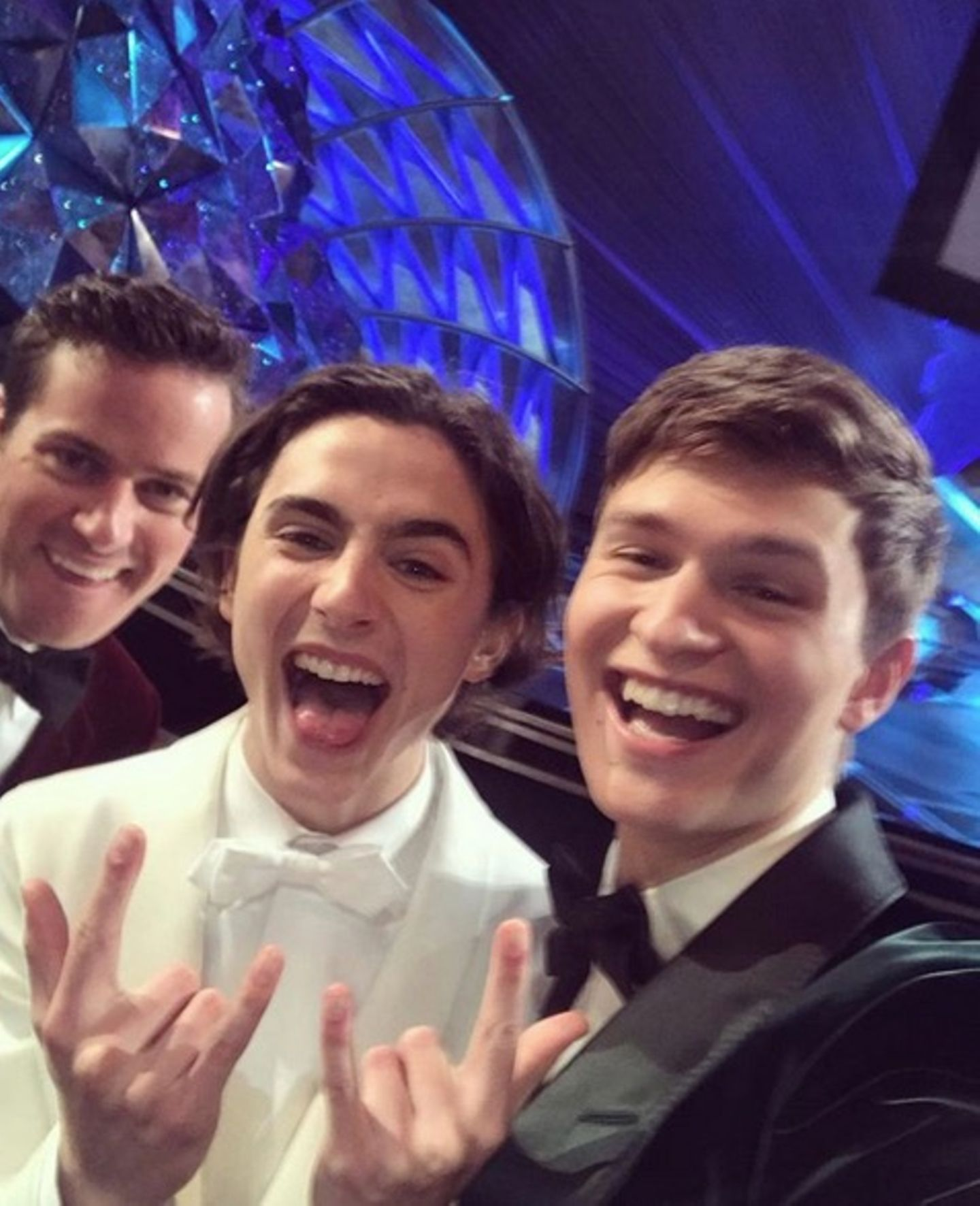 Mit diesem lustigen Selfie transportieren Armie Hammer, Timothée Chalamet und Ansel Elgort die bombige Stimmung des Abends zu ihren Fans.