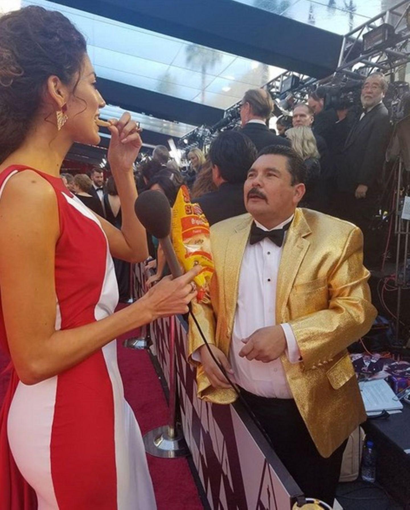Erwischt: Blanca Blanco stärkt sich auf dem roten Teppich mit ein paar Chips.