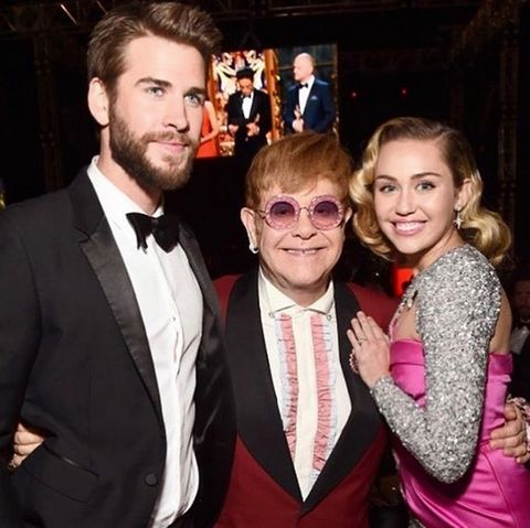 """Liam Hemsworth und Miley Cyrus feiern bei der berühmten """"Elton John AIDS Foundation Academy Awards Viewing Party"""" und knipsen mit dem Gastgeber ein Erinnerungsfoto für Instagram."""