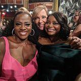 Viola Davis und Octavia Spencer gratulieren Oscar-Preisträgerin Allison Janney von Herzen.