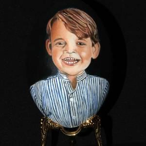 Die Ohren sind unverkennbar ein Erbe von Prinz Charles: Prinz George auf Ei lächelt aber wunderbar.