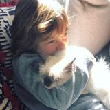 """4. März 2018  """"Morgendliche Kuscheleinlage"""", postet Alessandra Ambrosio zu ihrem süßen Foto von Sohn Noah und seiner Katze."""