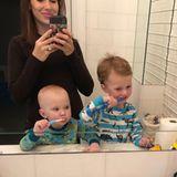 """28. Februar 2018  Wie Hilaria Baldwins Zwerge sie überredet haben spät Abend doch noch mal aus dem Bett zu dürfen? Mit der Bitte, die Zähne ein weiteres Mal putzen zu dürfen. """"Kleine Genies"""", postet die stolze Mama."""