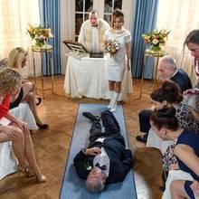 Schock für Melli: André liegt bewusstlos vorm Altar (Folge 2901)
