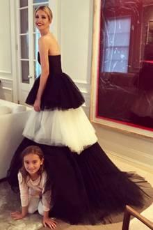 Was für ein Kleid! Ivanka Trump posiert vor dem Gridiron-Galadinner in ihrem Outfit: Ein Abendkleid von Carolina Herrera für umgerechnet circa 6.400 Euro.