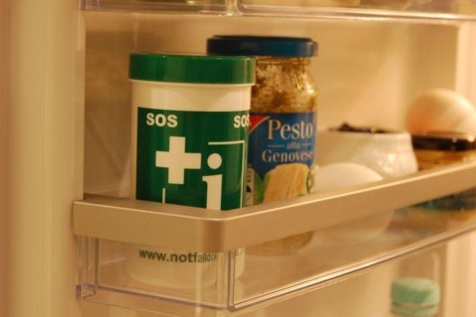 Die Notfalldose soll in der Kühlschranktür hinterlegt werden