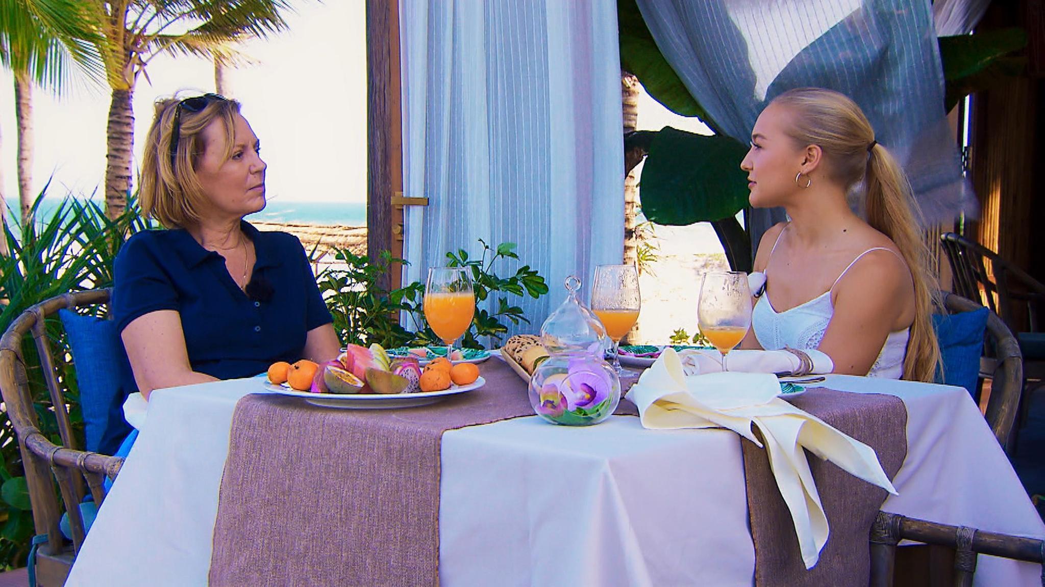 Wird Svenja (re.) es schaffen, Daniels Mutter Rebecca von sich zu überzeugen?