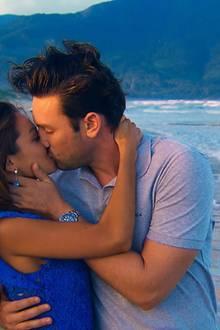 Kristina und Daniel genießen einen romantischen Strandspaziergang bevor die letzte Nacht der Rose anbricht.